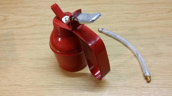 Ölkanne aus Metall mit Messing Pumpvorrichtung u. Schlauch, ohne Inhalt
